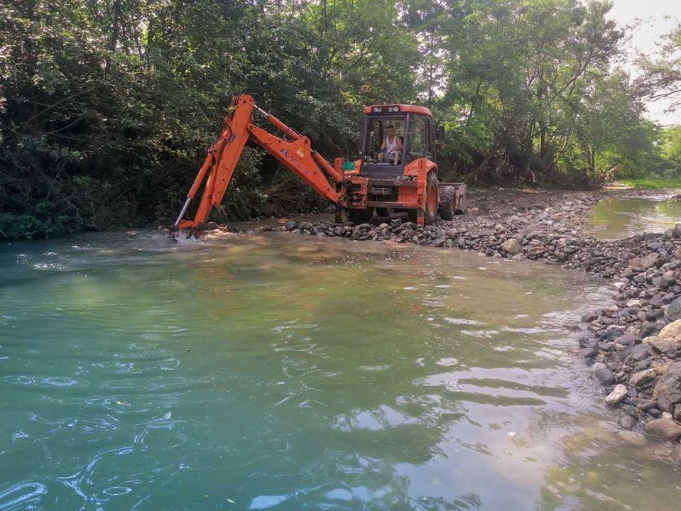U toku su radovi na uređenju rečnog korita Ribnice.