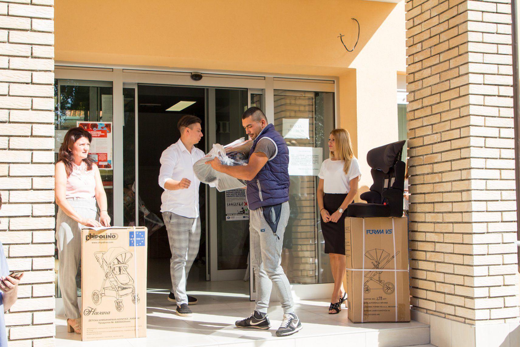 Predsednik opštine Mionica uručio vredne poklone za mioničke mališane. Roditelji dobili auto sedišta i kolica u kojima će voziti njihovi mališani.